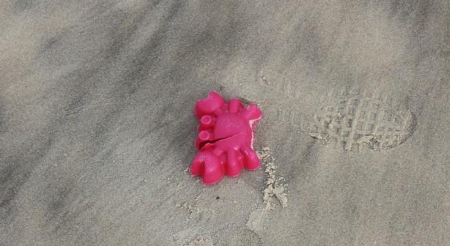 praia de Peniche cheia de lixo