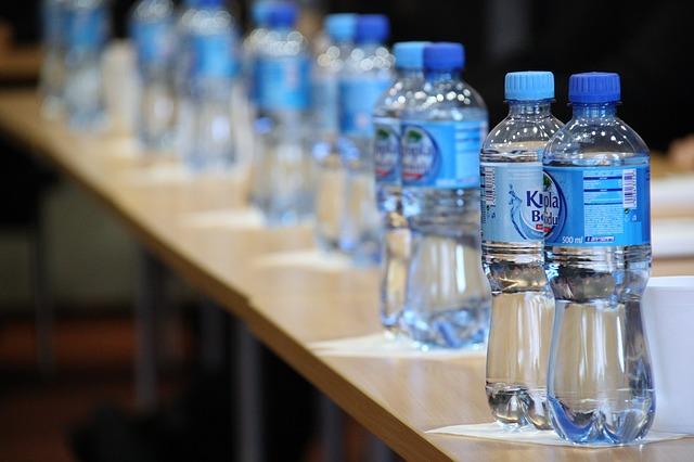 água garrafa plástico poupar