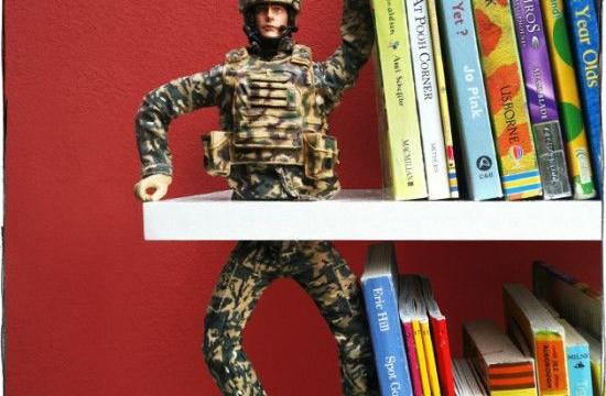 boneco livros reutilizar apoio