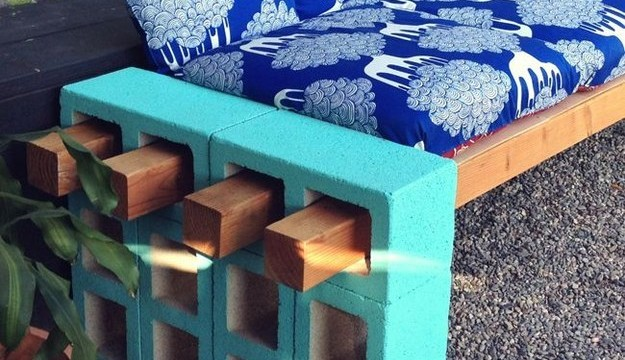 blocos cimento mesa pátio sofá banco
