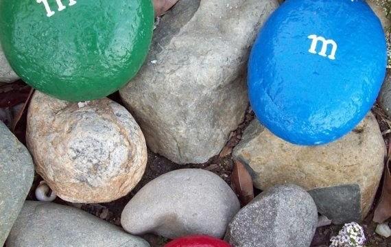 pedras pintadas m&m pátio jardim