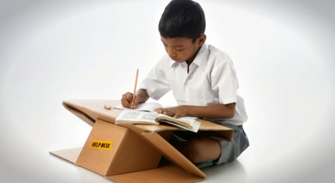 aarambh-help-desk-menino estudar mesa cartão
