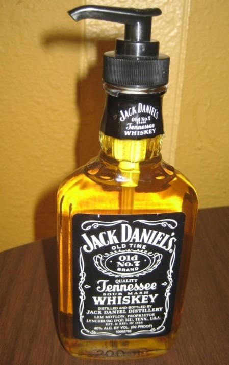 reutilizar garrafa de whiskey gel de banho sabonete dispenser