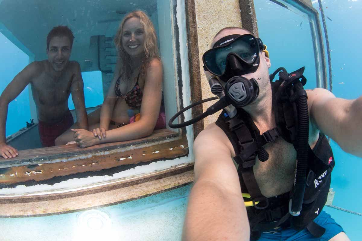 selfie underwater-room-manta-resort-hotel debaixo de água
