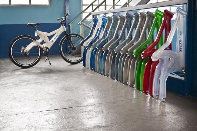 Bicicleta feita de lixo , reciclagem de plástico