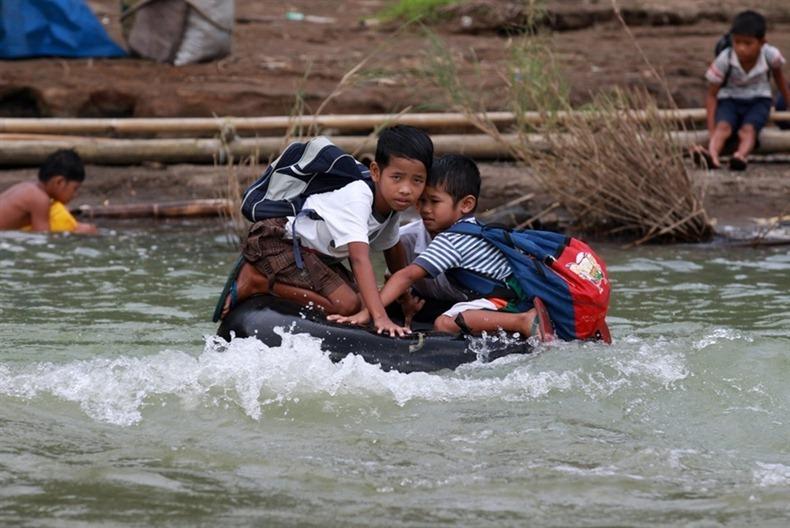 crianças escola caminhos perigosos boia rio educação