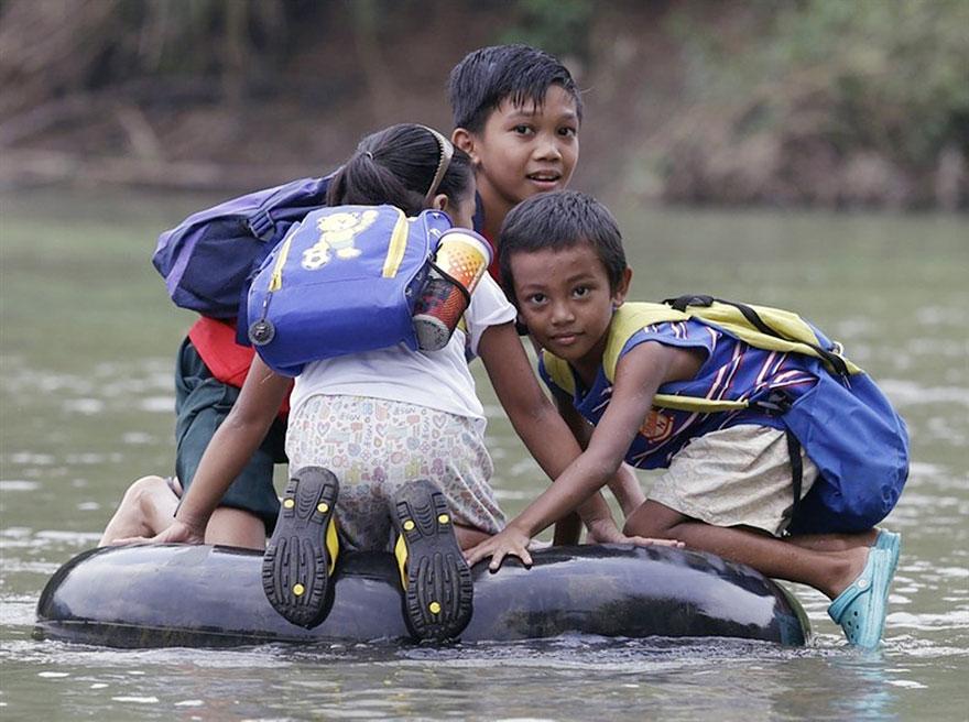 crianças escola caminhos perigosos boia rio