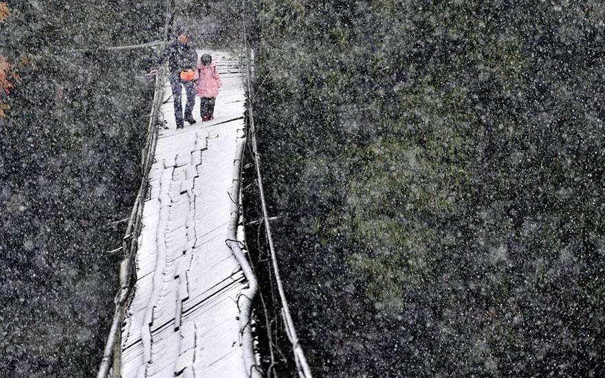 crianças escola caminhos mais perigosos china ponte neve