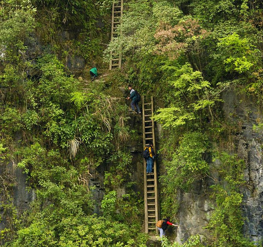 crianças sobrem escadas para ter aulas china