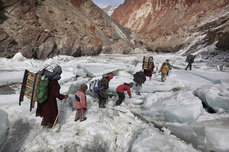 crianças escola caminhos perigosos himalaias neve índia