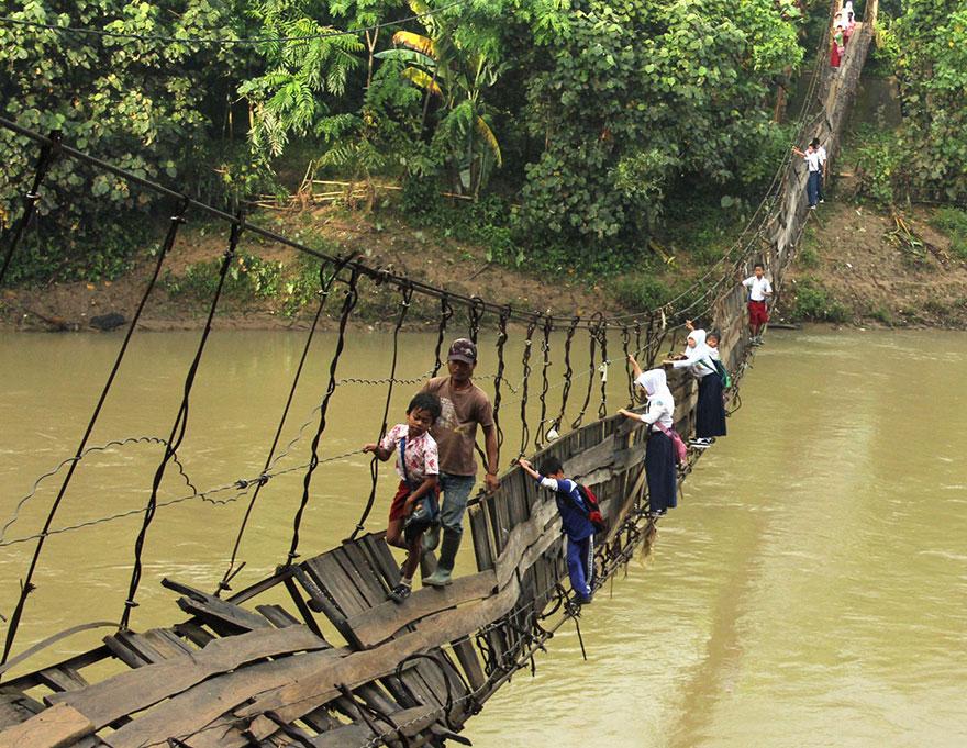 crianças escola caminhos mais perigosos ponte danificada rio