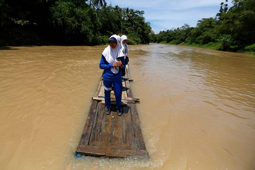 crianças escola caminhos perigosos rio jangada