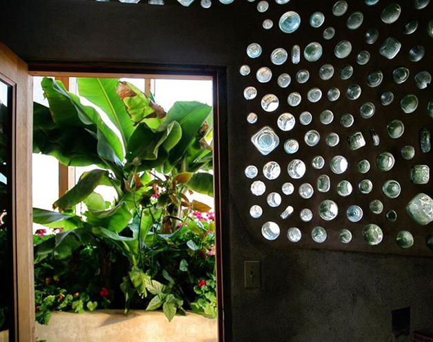 earthship paredes de garrafas de vidro