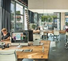 escritório amesterdão em que as mesas desaparecem