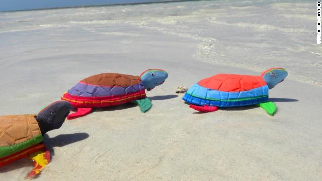 tartarugas chinelos praia reciclagem