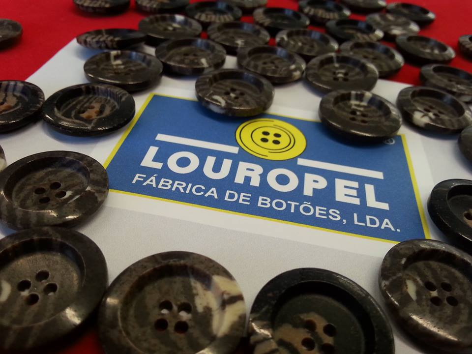 botões feitos com corras de café reciclagem