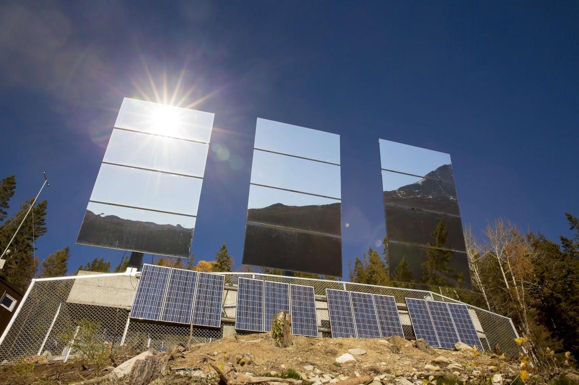 espelhos gigantes ilminam vila noruega