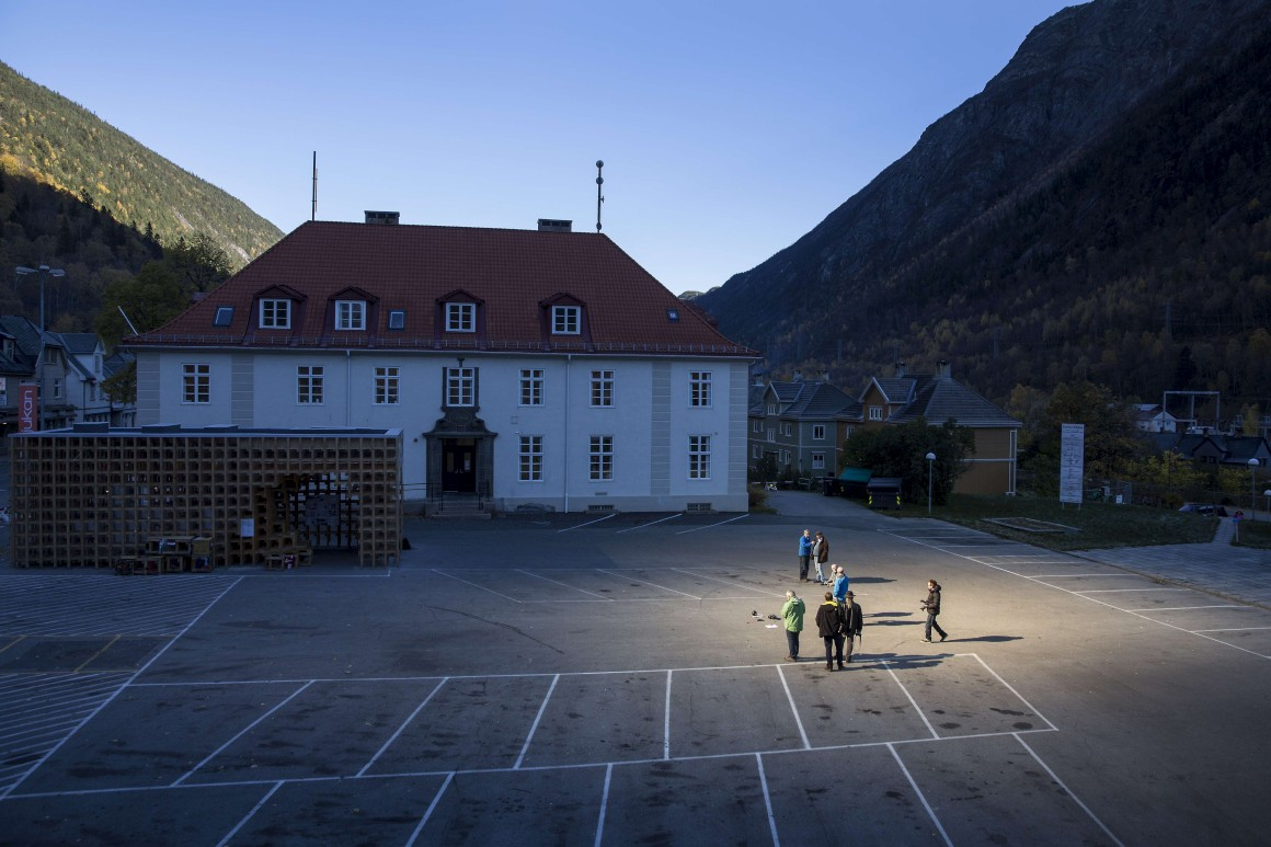 espelhos refletem luz do sol para aldeia norueguesa