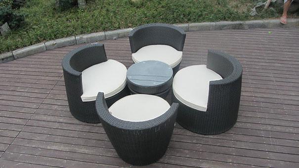 mesa com cadeiras que encaixam
