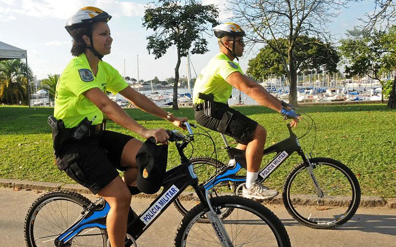 policia militar andar de bicicleta reciclada