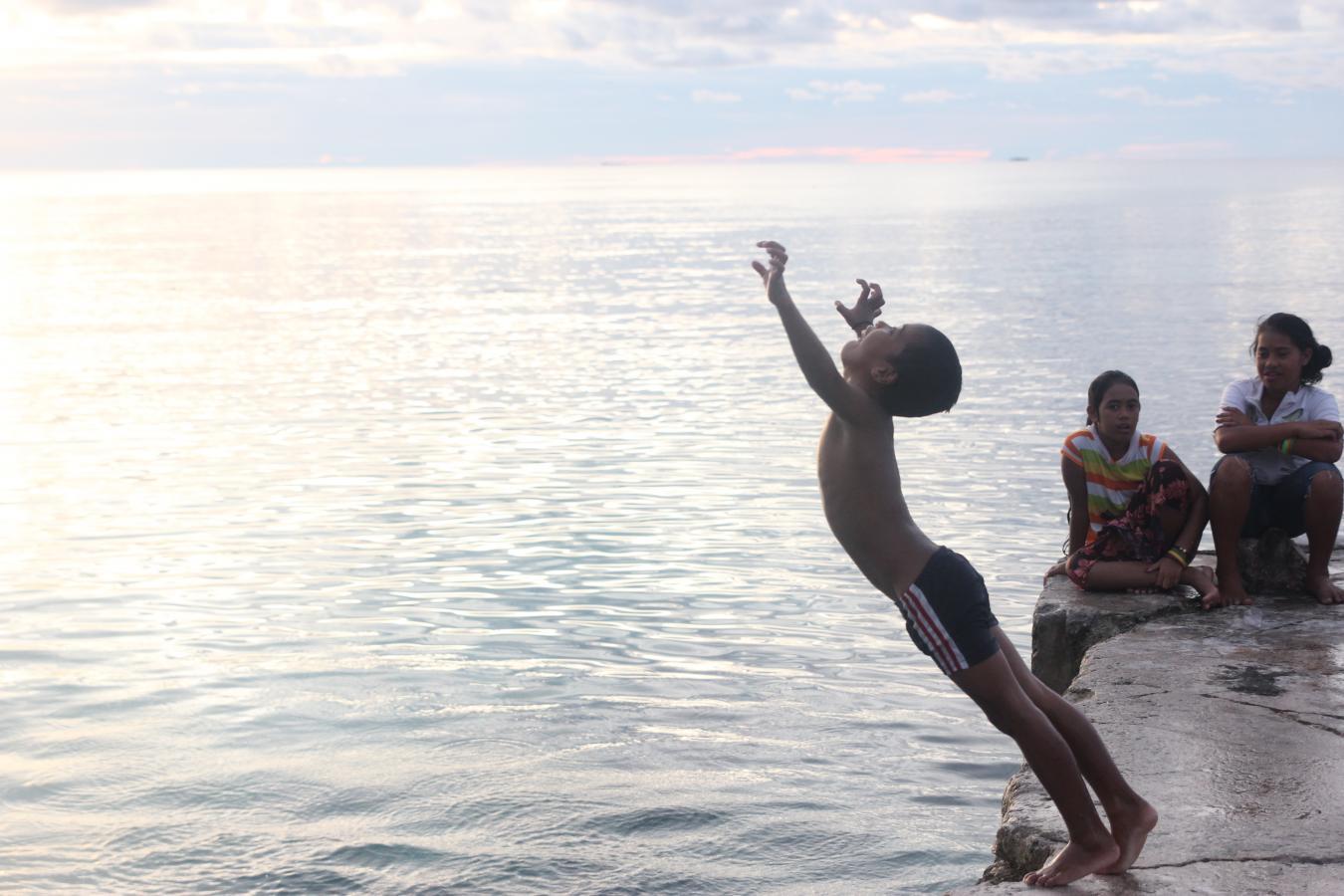 tuvalu mar ilha criança