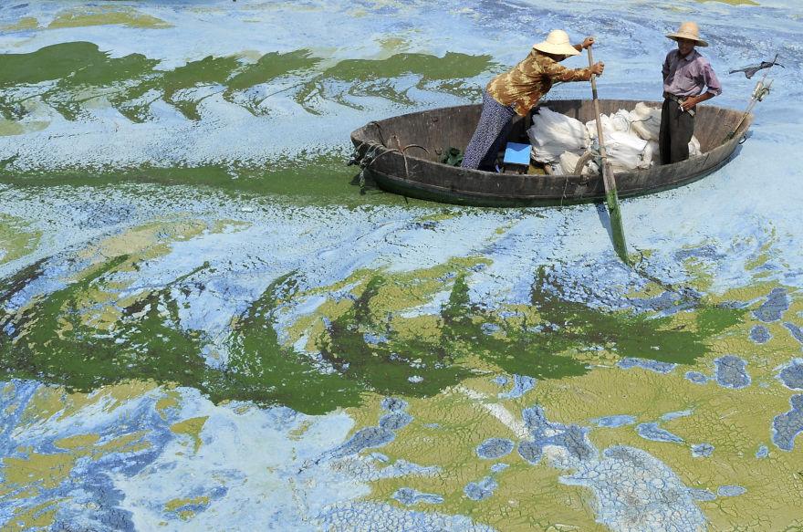 A China tem algumas das paisagens mais bonitas do mundo, no entanto tem também regiões em que a poluição não é de todo controlada. O site Bored Panda está a reunir fotos chocantes que mostram o tipo de poluição grave com que as pessoas têm de lidar em algumas partes da China.