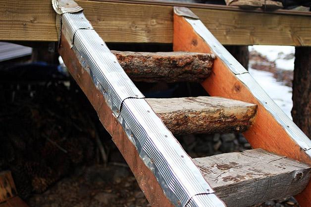 construir uma casa - escadas feitas com troncos de árvores
