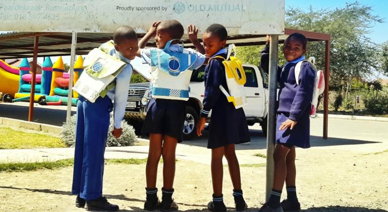 mochila com placa solar leva-luz-criancas-africa-sul