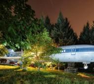 Por todo o mundo surgem casas diferentes com aproveitamento de materiais, sendo o objetivo viver de forma mais sustentável. Este é mais um exemplo de uma casa incrível, desta vez um avião transformado em casa. Transformar um avião Boeing 727-200 numa casa não parece fácil, no entanto, o americano e engenheiro Bruce Campbell, decidiu fazê-lo nos arredores de Portland, nos EUA.