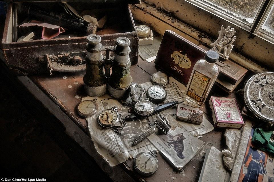 casa abandonada relógios dan circa