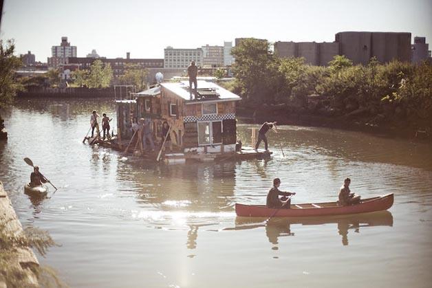 No meio do Brooklyn, bairro de Nova York, o Gowanus Canal alberga um barco-casa chamado Jerko. Esta embarcação funciona como uma habitação completamente normal, a diferença é que é uma casa autosuficiente.