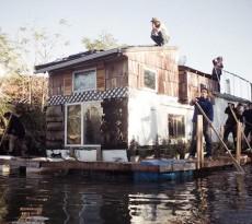 Jerko é um barco-casa transformado pelo entusiasta da sustentabilidade Adam Katzman, de 29 anos. No barco, a energia é captada por painéis solares, a água da chuva é filtrada e aproveitada e os resíduos produzidos na casa de banho são armazenados de forma seca, sem que haja o uso de esgoto.