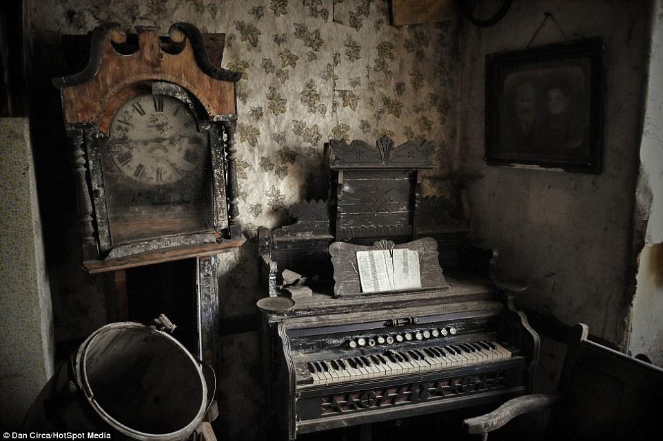 relógio piano casa abandonada