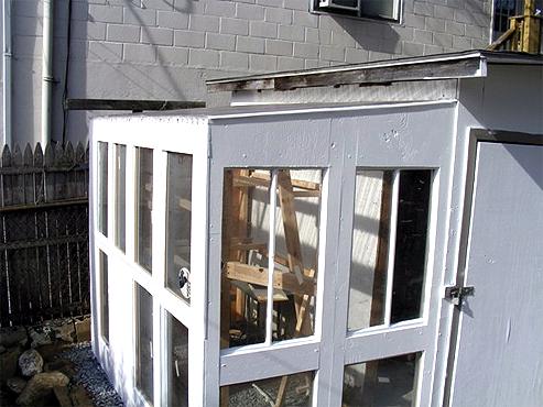 estufas feitas com janelas antigas, plásticos usados e pedaços de madeira que sobraram de alguma obra