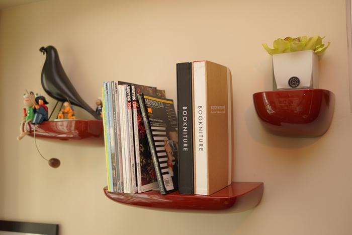 Um grupo de designers japoneses criou o Bookniture, um livro que, quando se abre, se transforma numa pequena mesa de apoio ou num banco desdobrável.