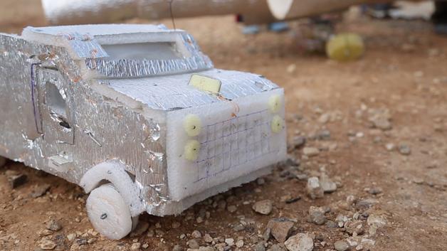 Num campo de refugiados sírios, na Jordânia, um antigo carpinteiro decidiu criar brinquedos com lixo incríveis, para animar o seu dia a dia e o das crianças que vivem no local.