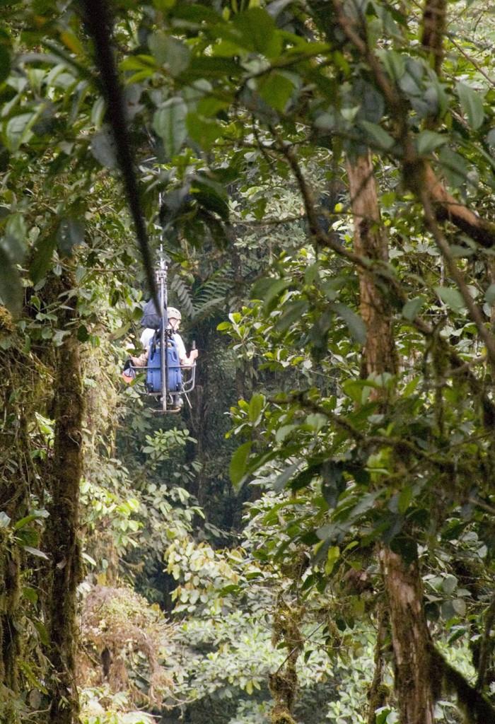 Na cidade de Quito, no Equador, existe uma bicicleta suspensa a cerca de 60 metros do chão, chama-se Sky Bike e permite observar a floresta tropical de uma forma muito mais excitante.