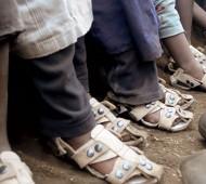 """""""The Shoe That Grows"""", sapatos ajustáveis criados por Kenton Lee da Organização Because International, que ajustam o seu tamanho ao pé de quem os calça."""