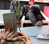 Três engenheiras chilenas tiveram uma ideia para substituir o atual carregador de telemóvel por um que, em vez que gastar eletricidade, produz a sua própria energia através da terra - E-Kaia.