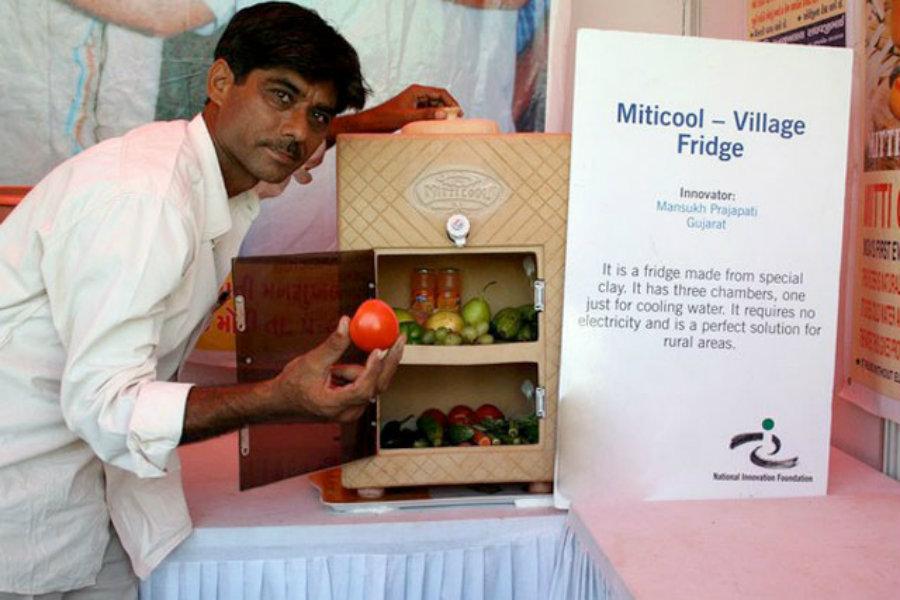 O indiano Mansukhbai Prajapati criou um frigorífico de barro e chamou-lhe Mitti Cool, este não precisa de eletricidade para manter os alimentos frescos.