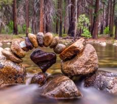 pedras em equilíbrio rio