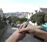 """Com o slogan """"Make the world your paper"""", ou seja """"Faz do mundo o teu papel"""", a Phree é um caneta digital que consegue escrever em madeira, no sofá ou até na palma da tua mão. O texto, desenho ou esquema que fizeste aparece automaticamente num ecrã à escolha."""