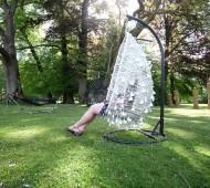 A Samsung criou redes e cadeiras de baloiço, feitos com carregadores de telemóvel usados, para as pessoas descansarem num parque em Bruxelas, dando assim nova utilidade a estes aparelhos.