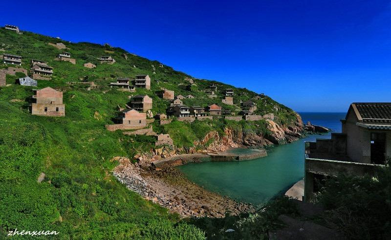 Uma pequena vila de pescadores na China, onde já não vive ninguém há muitos anos, foi reconquistada pela natureza, que transformou as casas em espaços verdes impressionantes. O local foi fotografado por Tang Yuhong, que nos mostra agora o seu trabalho de tirar o fôlego.