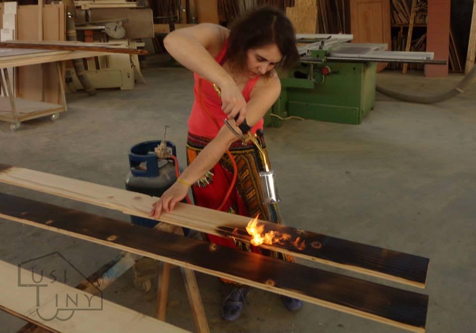 Shou Sugi Ban - técnica natural antiga japonesa usada para tratar a madeira usada no exterior, e que consiste em queimar a madeira.