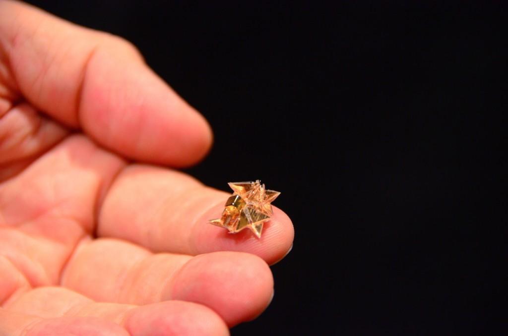 """O robot origami é uma pequena """"folha"""" metálica que se dobra sozinha e se transforma num dispositivo que anda, arrasta objetos e nada."""
