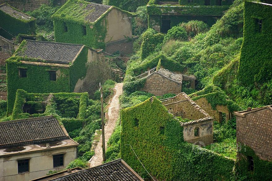 Os lugares abandonados conquistam, ao longo do tempo, uma beleza única que só o tempo é capaz de dar. Na ilha de Goqui, pertencente ao arquipélago de Shengsi, o maior da China, formado por quase 400 ilhas na foz do rio Yantze, vislumbra-se um conjunto de casas simples cobertas por vegetação.
