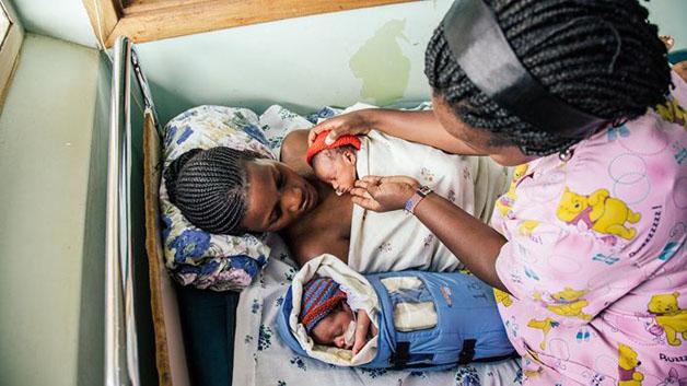 Um grupo de estudantes da Universidade de Stanford criou uma incubadora portátil que já ajudou centenas de milhar de bebés a sobreviver em países pobres, e a simplicidade da invenção é genial!