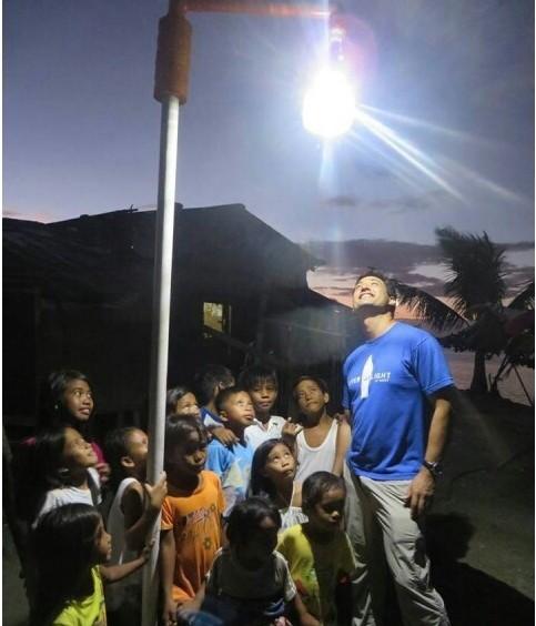 Liter of Light (Litro de Luz), que tem como objetivo levar a tecnologia da lâmpada engarrafada às mais remotas regiões do mundo.