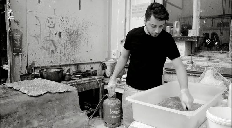 Spyros Kizis, aluno grego do Edinburgh College of Art, desenvolveu um novo material com fibras de cardo como alternativa ao plástico, combinando fibras de desperdícios agrícolas com uma nova resina biológica.